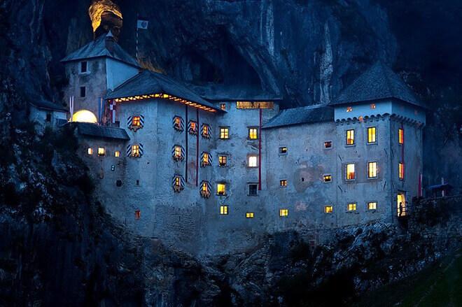 Lâu đài Predjama về đêm